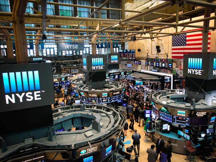 Με κέρδη έκλεισαν οι βασικοί δείκτες στη Wall Street τη Δευτέρα
